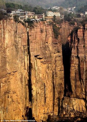 Ngôi làng trên núi cao 1.700m biệt lập nhất thế giới - 1