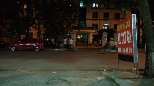 """Cảnh sát đột kích quán bar đưa hơn 100 """"dân chơi"""" về trụ sở - 2"""