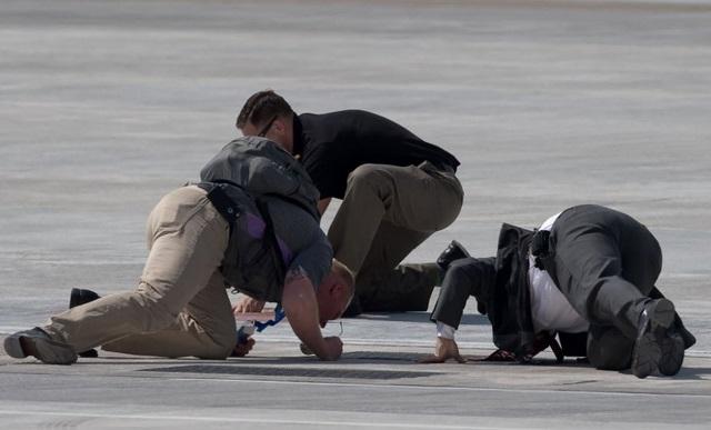 """TQ """"chơi khăm"""" Obama, không cấp xe thang xuống máy bay? - 2"""