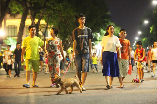 Chó nhe nanh, thè lưỡi tung tăng dạo phố đi bộ Hồ Gươm - 3