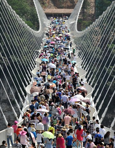 Cầu kính cao nhất thế giới vừa mở cửa đã đóng vội - 1