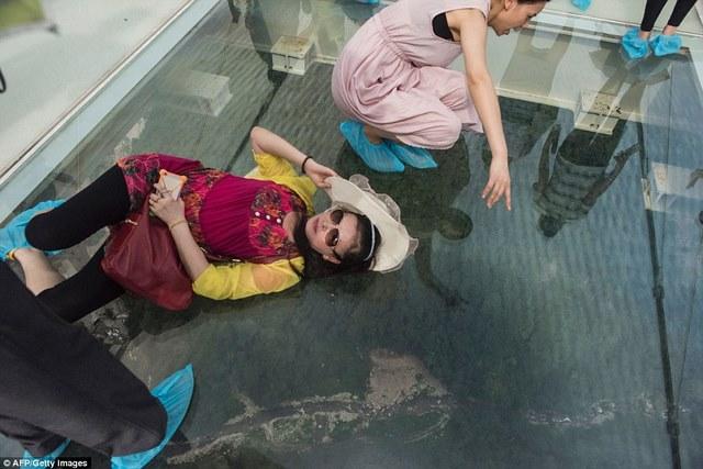 Cầu kính cao nhất thế giới vừa mở cửa đã đóng vội - 4