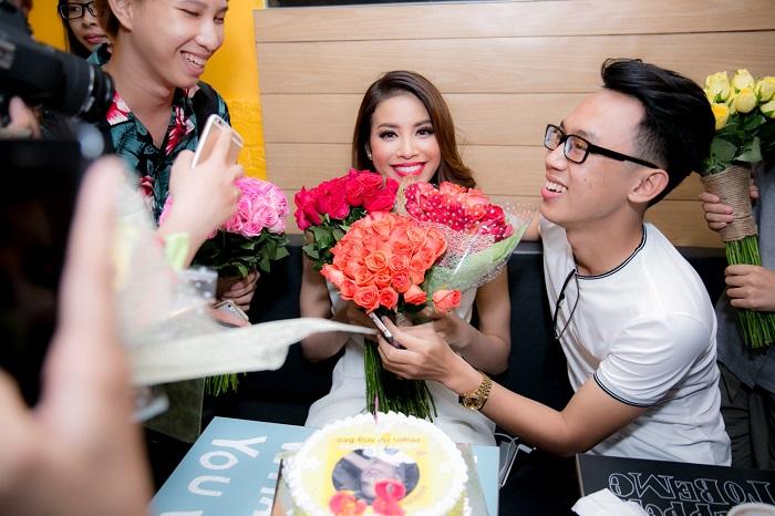 """Phạm Hương bị fans """"bắt cóc"""", mừng sinh nhật tuổi 25 - 4"""