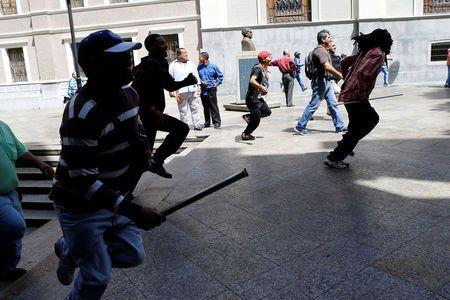 Tổng thống Venezuela bị người biểu tình rượt trên phố - 1