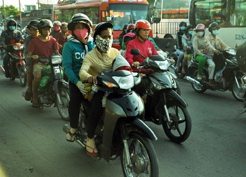 Trẻ em mệt nhoài theo cha mẹ trở lại Sài Gòn sau lễ - 7
