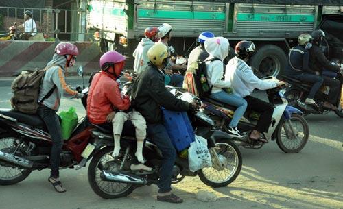 Trẻ em mệt nhoài theo cha mẹ trở lại Sài Gòn sau lễ - 1