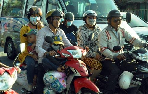 Trẻ em mệt nhoài theo cha mẹ trở lại Sài Gòn sau lễ - 6