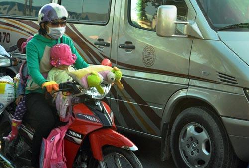 Trẻ em mệt nhoài theo cha mẹ trở lại Sài Gòn sau lễ - 4