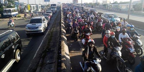 Trẻ em mệt nhoài theo cha mẹ trở lại Sài Gòn sau lễ - 3