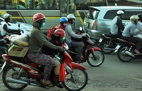 Trẻ em mệt nhoài theo cha mẹ trở lại Sài Gòn sau lễ - 5