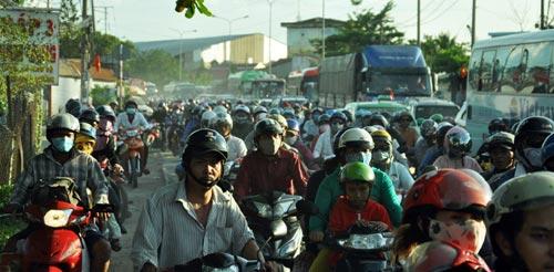 Trẻ em mệt nhoài theo cha mẹ trở lại Sài Gòn sau lễ - 8