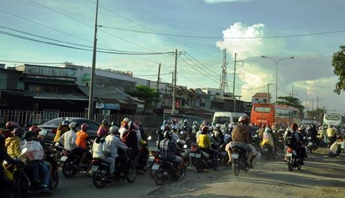Trẻ em mệt nhoài theo cha mẹ trở lại Sài Gòn sau lễ - 9