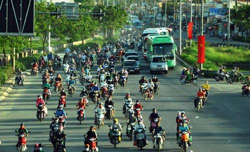 Trẻ em mệt nhoài theo cha mẹ trở lại Sài Gòn sau lễ - 12