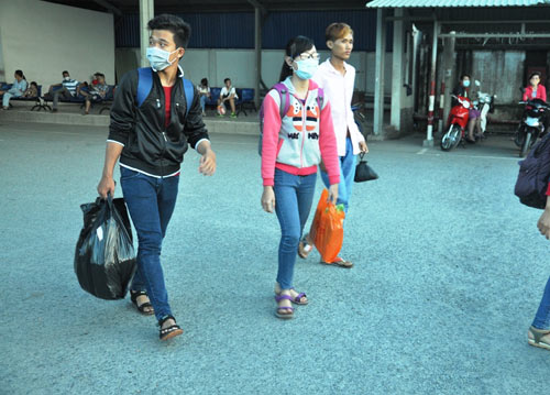 Trẻ em mệt nhoài theo cha mẹ trở lại Sài Gòn sau lễ - 14