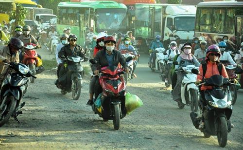 Trẻ em mệt nhoài theo cha mẹ trở lại Sài Gòn sau lễ - 10