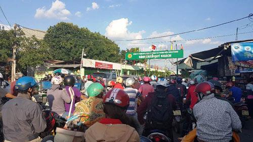 Trẻ em mệt nhoài theo cha mẹ trở lại Sài Gòn sau lễ - 15