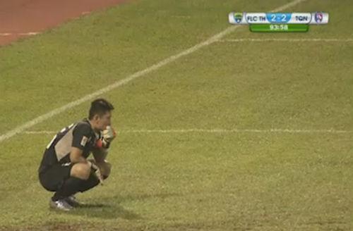 Thủ thành V-League mắc sai lầm khiến đội nhà phát khóc - 1