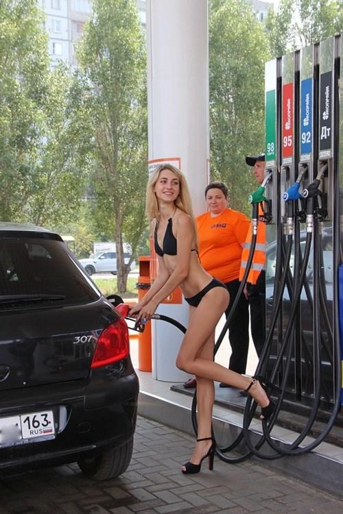 Nga: Gái xinh mặc sexy sẽ được đổ xăng miễn phí - 1