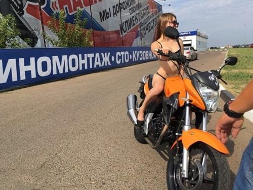 Nga: Gái xinh mặc sexy sẽ được đổ xăng miễn phí - 2