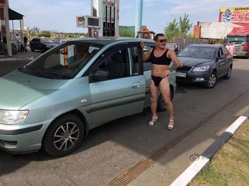 Nga: Gái xinh mặc sexy sẽ được đổ xăng miễn phí - 6