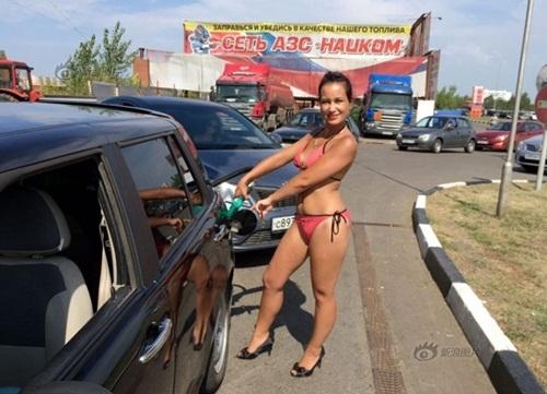 Nga: Gái xinh mặc sexy sẽ được đổ xăng miễn phí - 8