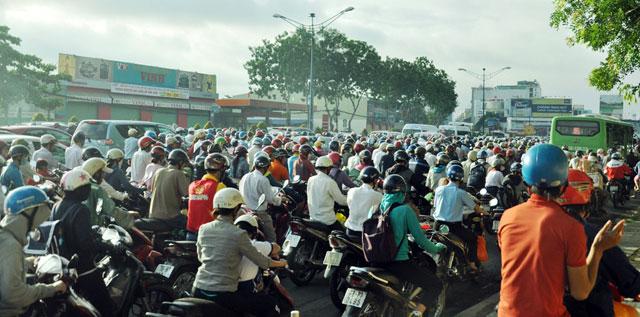 Ngày đầu sau nghỉ lễ: Người - xe ken đặc phố xá Sài Gòn - 2