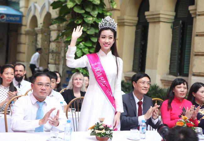 Hoa hậu Mỹ Linh rạng rỡ dự khai giảng trường cũ - 1