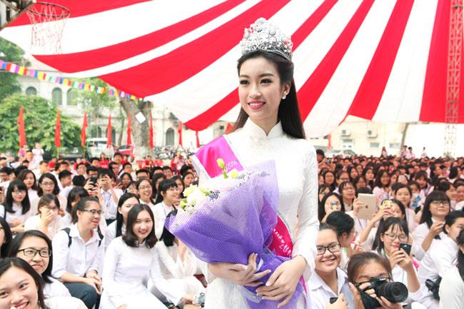 Hoa hậu Mỹ Linh rạng rỡ dự khai giảng trường cũ - 2