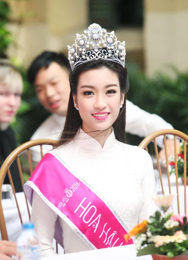 Hoa hậu Mỹ Linh rạng rỡ dự khai giảng trường cũ - 3