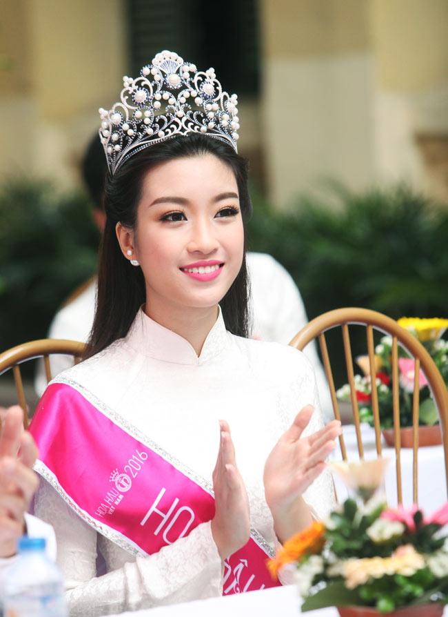 Hoa hậu Mỹ Linh rạng rỡ dự khai giảng trường cũ - 7