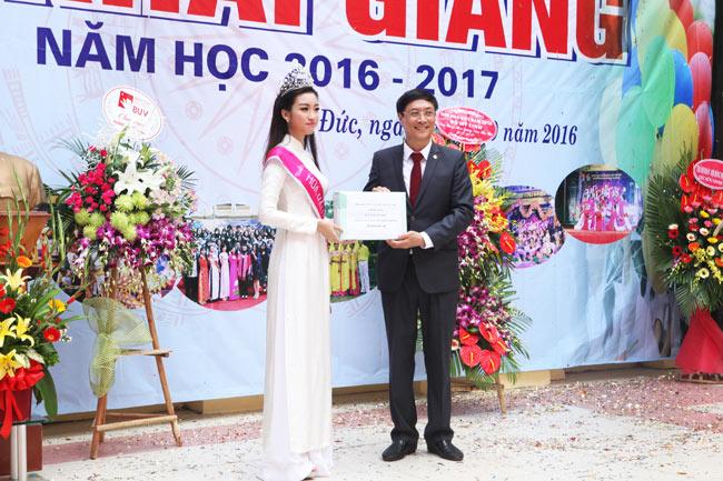 Hoa hậu Mỹ Linh rạng rỡ dự khai giảng trường cũ - 10