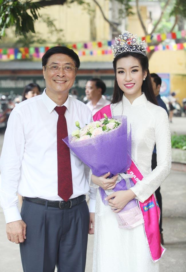 Hoa hậu Mỹ Linh rạng rỡ dự khai giảng trường cũ - 14