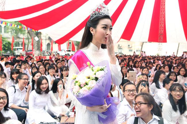 Hoa hậu Mỹ Linh rạng rỡ dự khai giảng trường cũ - 11