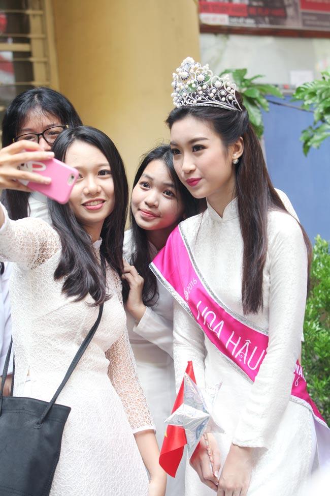 Hoa hậu Mỹ Linh rạng rỡ dự khai giảng trường cũ - 13