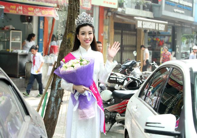 Hoa hậu Mỹ Linh rạng rỡ dự khai giảng trường cũ - 15