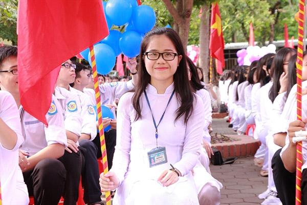 Nữ sinh chuyên Phan Bội Châu rạng rỡ ngày khai trường - 1