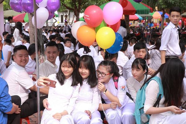 Nữ sinh chuyên Phan Bội Châu rạng rỡ ngày khai trường - 2