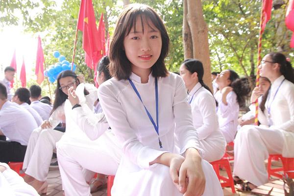 Nữ sinh chuyên Phan Bội Châu rạng rỡ ngày khai trường - 9