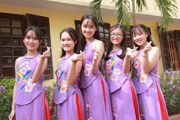 Nữ sinh chuyên Phan Bội Châu rạng rỡ ngày khai trường - 11
