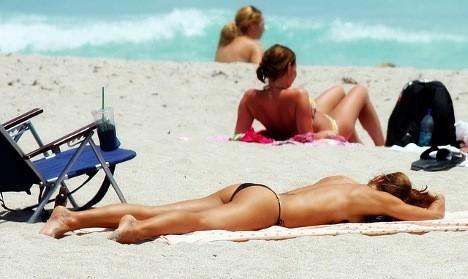 Đánh nhau vì không chịu cởi đồ trên bãi biển khỏa thân - 2