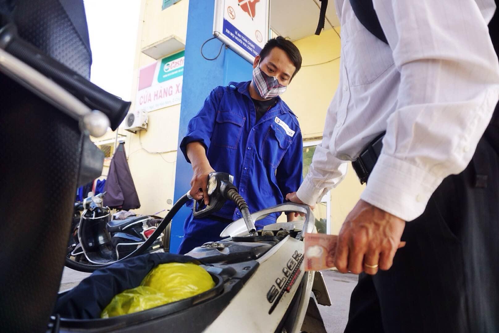 Giá xăng lại tăng mạnh trong ngày đầu tháng 9 - 1