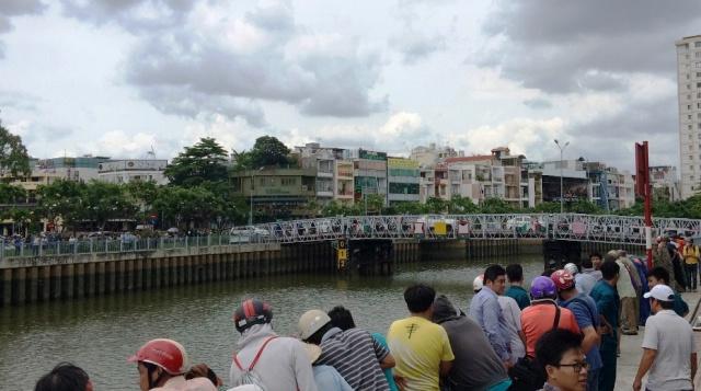 TP.HCM: Hàng trăm người vây kín bờ kênh xem xác chết - 1