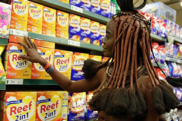 Cô gái bộ lạc châu Phi thả ngực trần đi siêu thị - 1