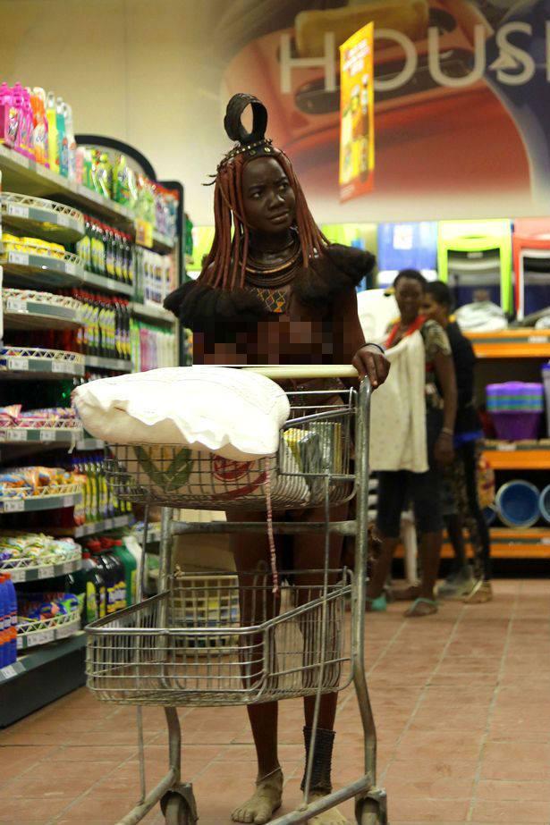 Cô gái bộ lạc châu Phi thả ngực trần đi siêu thị - 2