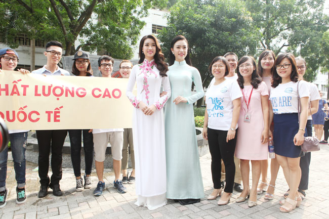 Hoa hậu Mỹ Linh về thăm thầy cô ĐH Ngoại Thương - 1