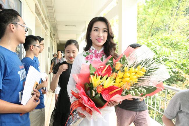 Hoa hậu Mỹ Linh về thăm thầy cô ĐH Ngoại Thương - 3