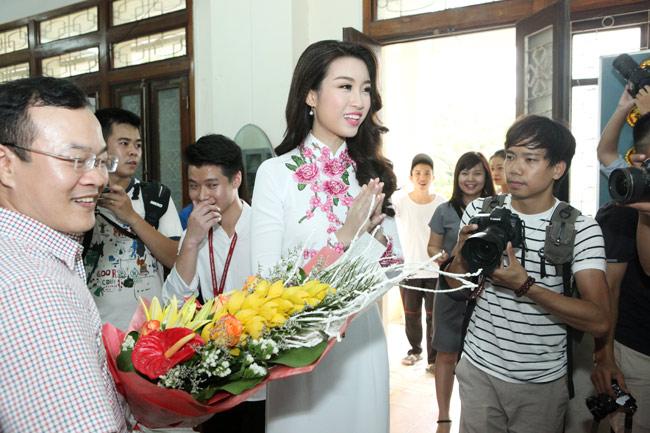 Hoa hậu Mỹ Linh về thăm thầy cô ĐH Ngoại Thương - 4