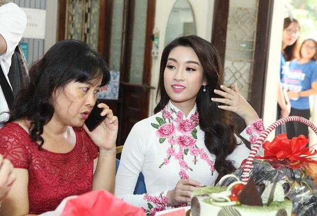 Hoa hậu Mỹ Linh về thăm thầy cô ĐH Ngoại Thương - 6