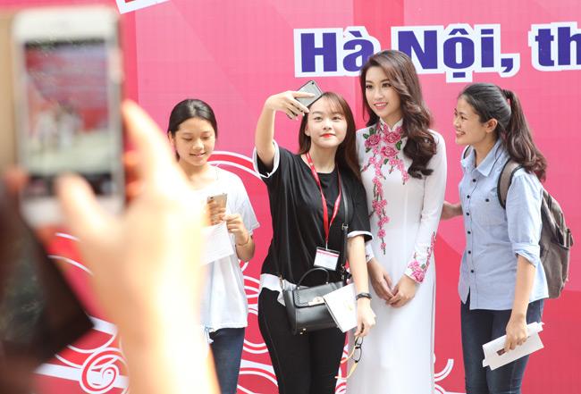 Hoa hậu Mỹ Linh về thăm thầy cô ĐH Ngoại Thương - 9
