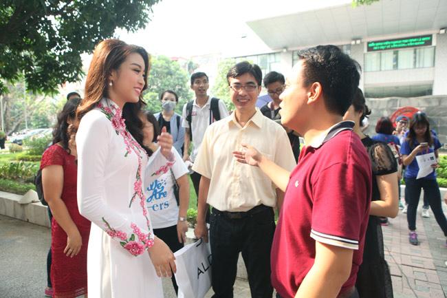 Hoa hậu Mỹ Linh về thăm thầy cô ĐH Ngoại Thương - 8